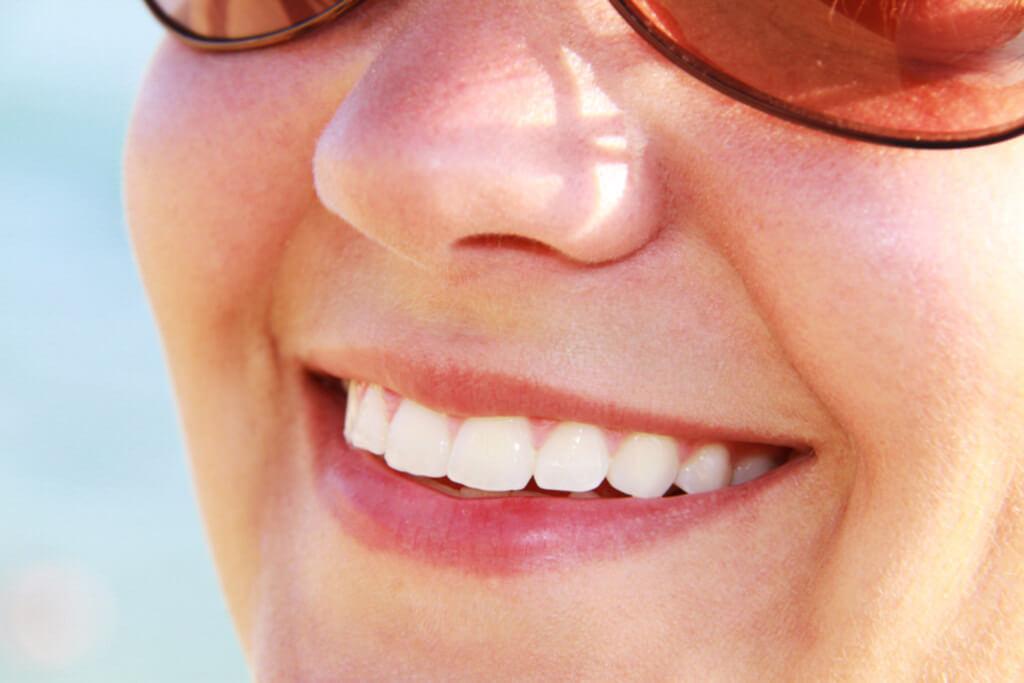 歯を簡単に白くする方法!ホワイトニングは口臭改善効果も!