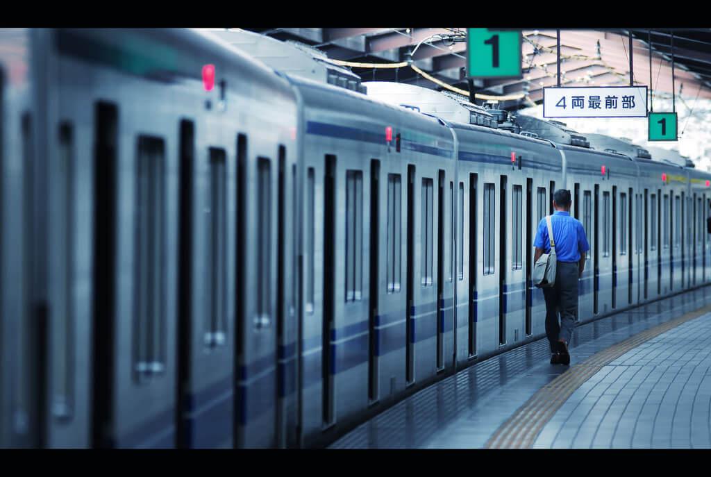 通勤電車で気になる人と目が合う?一目惚れ時のアプローチ法!