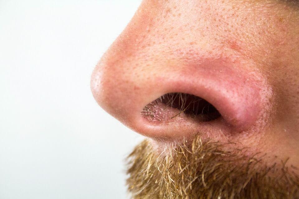 鼻毛が出てる人の正しい指摘方法!男女共通の注意の仕方!